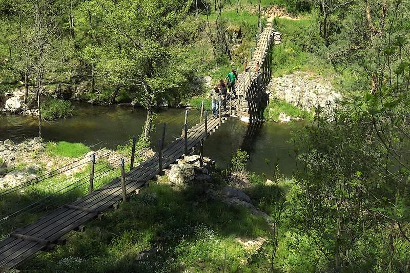 D'une rive à l'autre : la passerelle suspendue au-dessus de la Daronne est tout simplement magnifique
