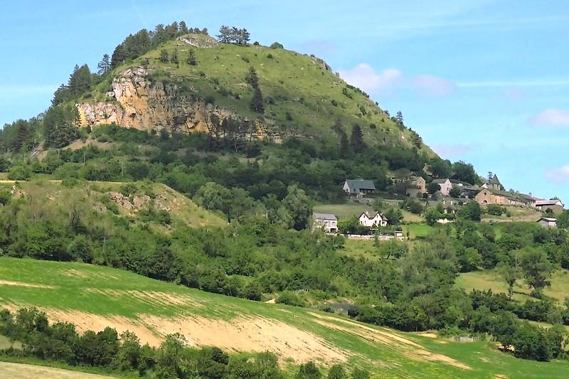Magistral sur sa butte, le village de Grèzes et son Truc attendent le marcheur