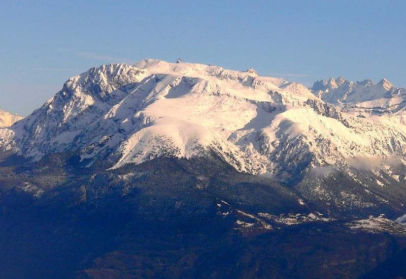 Le massif du Taillefer, un beau terrain de jeu pour la randonnée en raquettes, dans une vraie ambiance montagne (crédit photo : Camp to Camp)