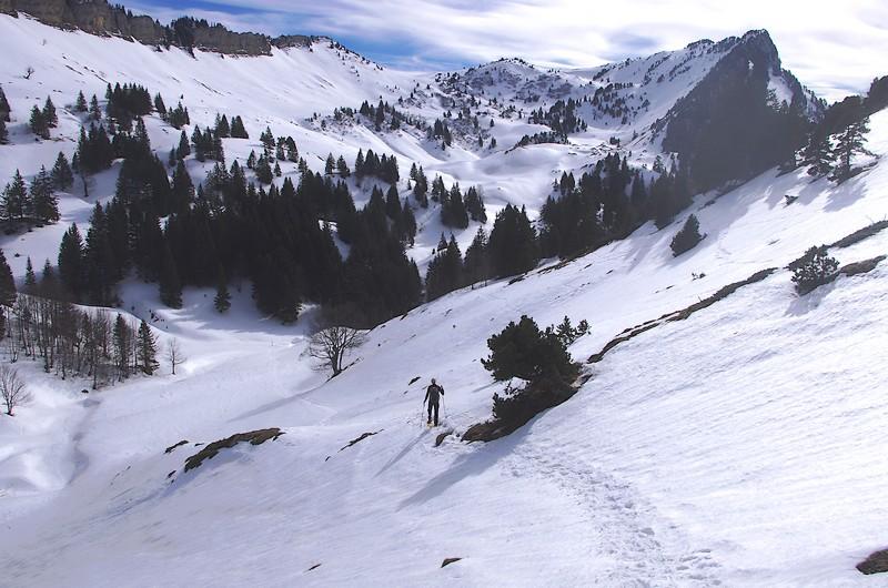 Dans la descente, sous le col de la Sure, avec le vallon d'Hurtières et les Rochers du Lorzier face à soi